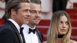 Zľava: Herci Brad Pitt, Leonardo DiCaprio a Margot Robbie priniesli do Cannes film Vtedy v Hollywoode.