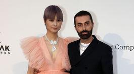 Dizajnér Giambattista Valli, ktorý bude ďalším slávnym menom spolupracujúcim so značkou H&M, pózuje so speváčkou Li Yuchun v šatách z tejto kolekcie.