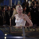 Herečka Dakota Fanning odchádza z premiéry filmu Vtedy v Hollywoode.