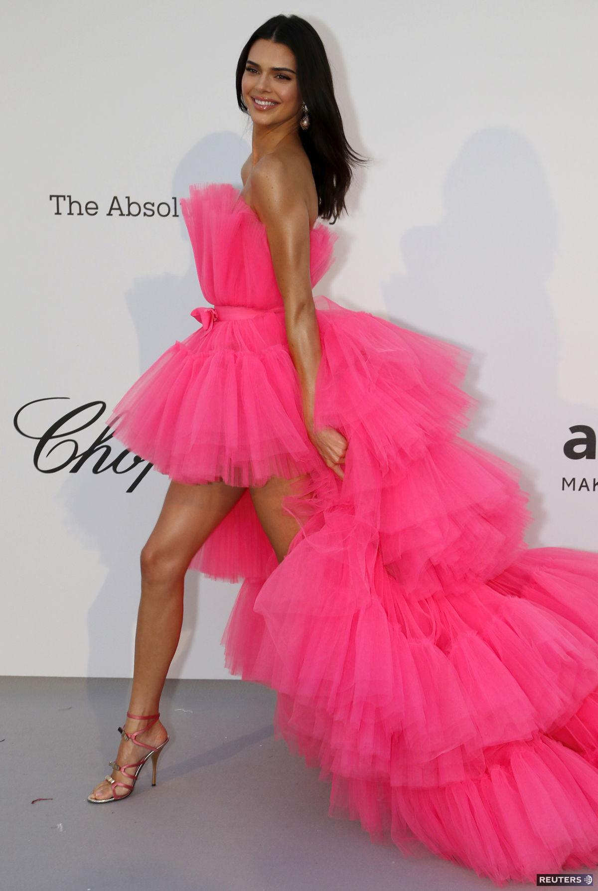Kendall Jenner prišla v šatách z kolekcie...