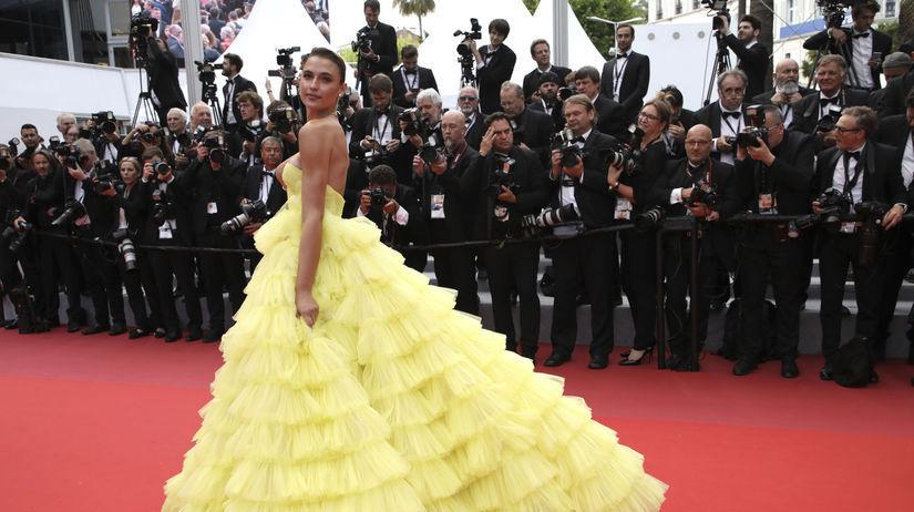 Modelka Fernanda Liz pózuje fotografom v Cannes.
