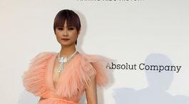 Speváčka Li Yuchun v šatách z kolekcie Giambattista Valli pre H&M.