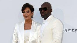 Televízna celebrita Kris Jenner a jej partner Corey Gamble.