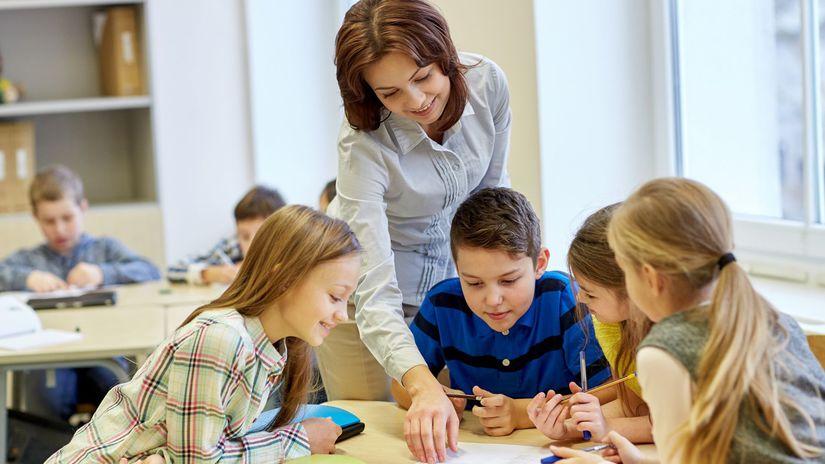 učitelka, žiaci, deti