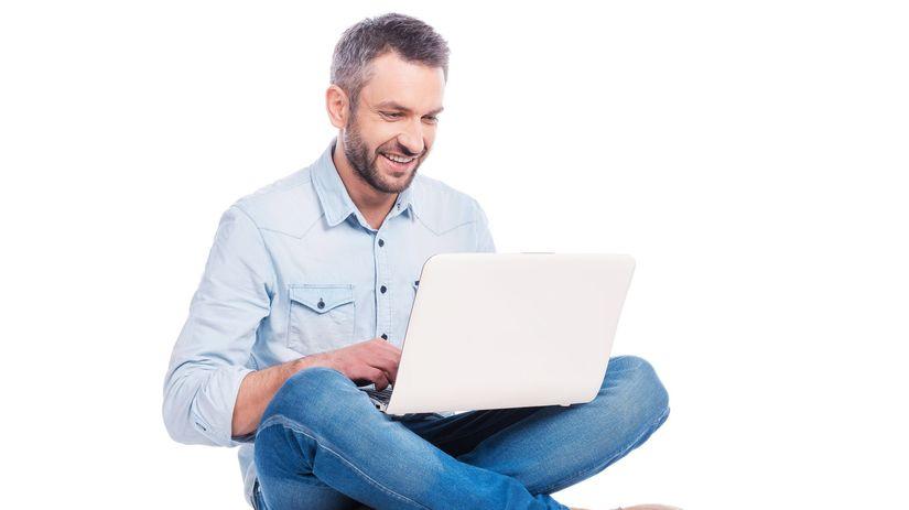 muž, počítač