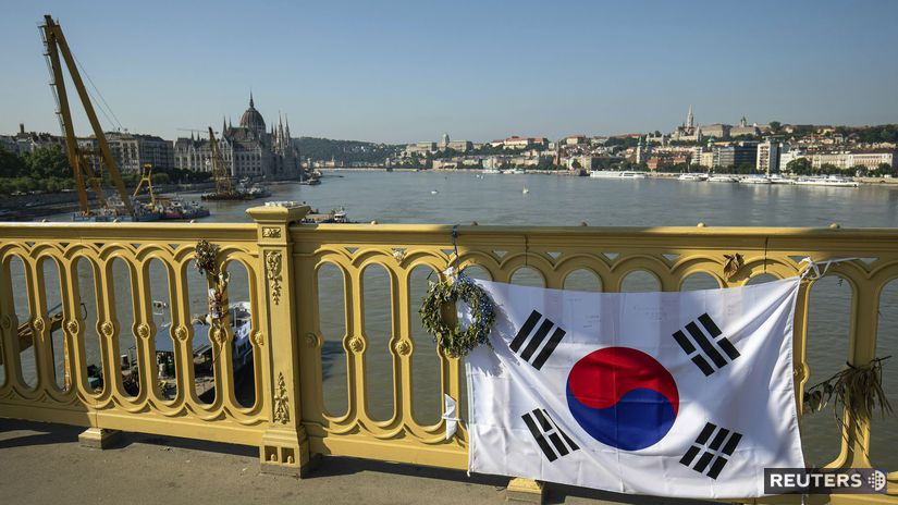 budapešť maďarsko loď južná kórea vlajka most...