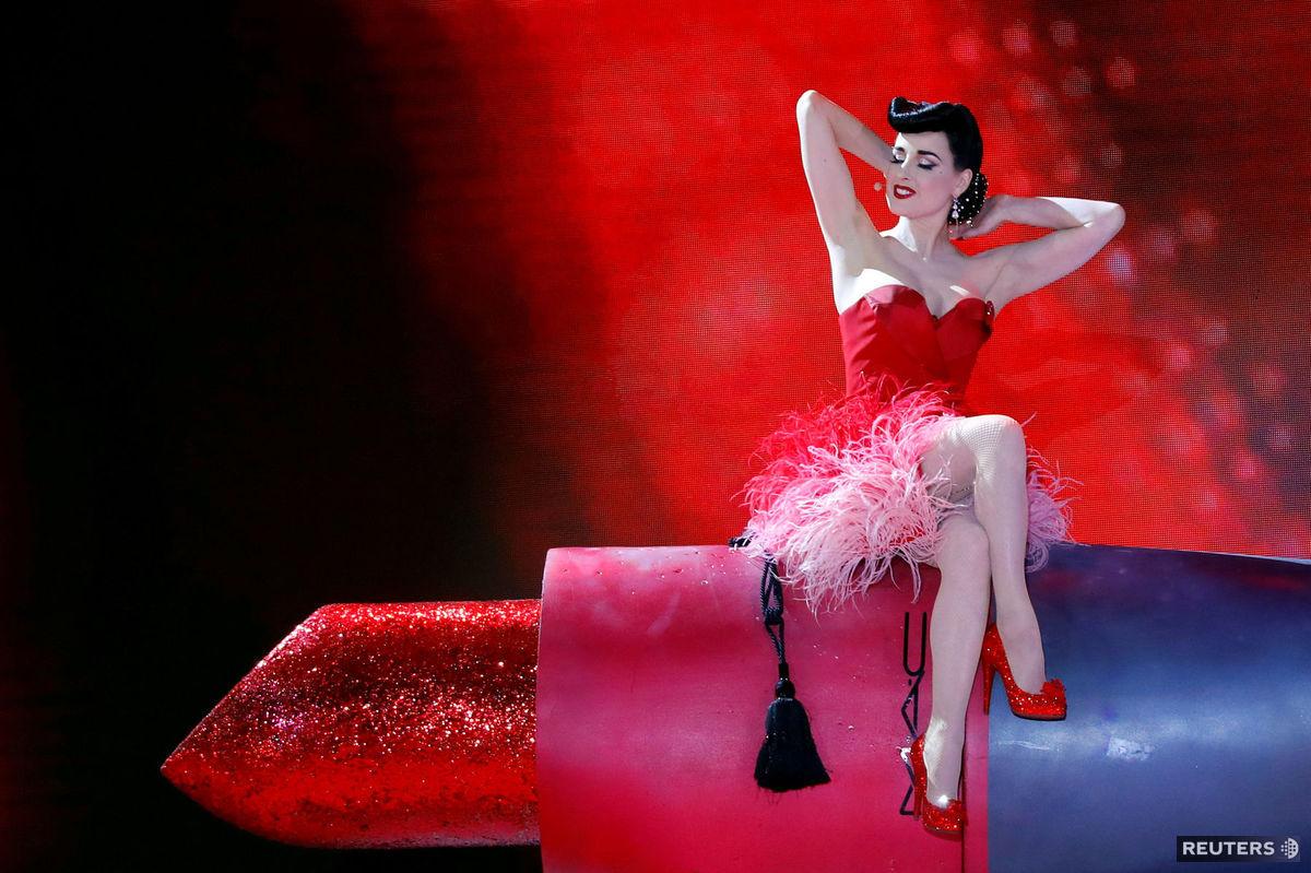 Burleskná umelkyňa Dita von Teese počas vystúpenia na 26. ročníku Life Ball vo Viedni.