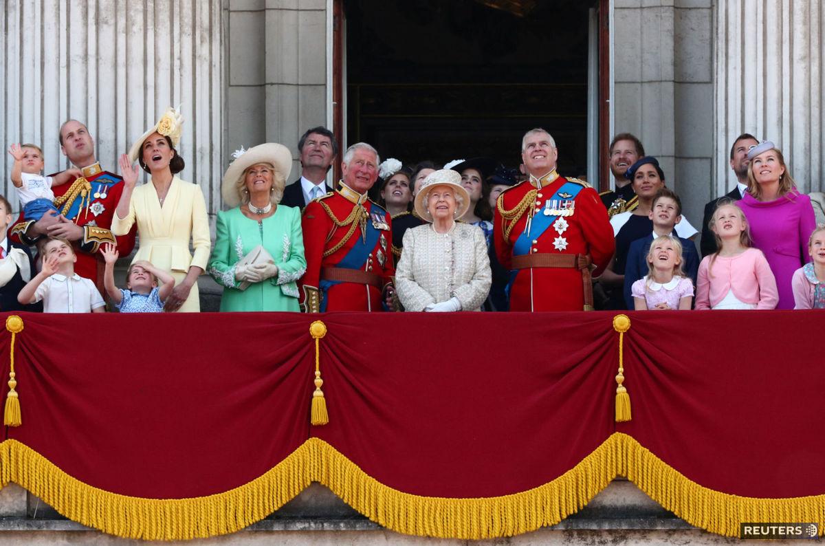 Pri príležitosti narodenín kráľovnej Alžbety II. sa konala tradičná letecká prehliadka. Prizerali sa jej členovia kráľovskej rodiny z balkóna Buckinghamského paláca.