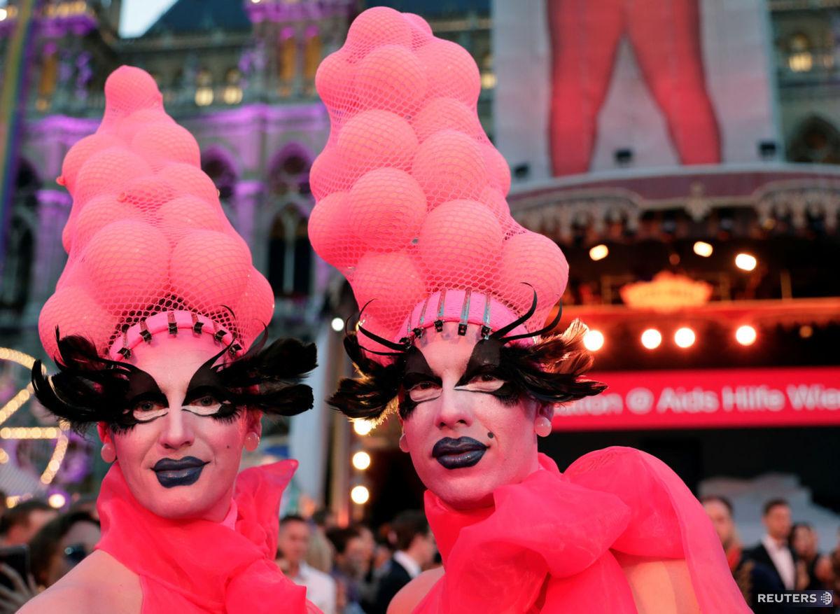 Súčasťou 26. ročníka Life Ball bol aj tradičný sprievod v maskách, ktoré prichádzajú po červenom (v tomto prípade bielom) koberci.