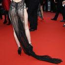 Záber na modelku Ngoc Trinh počas premiéry filmu A Hidden Life na filmovom festivale v Cannes.