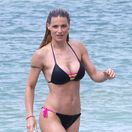Moderátorka Michelle Hunziker na pláži Varigotti predviedla svoju ukážkovú formu.