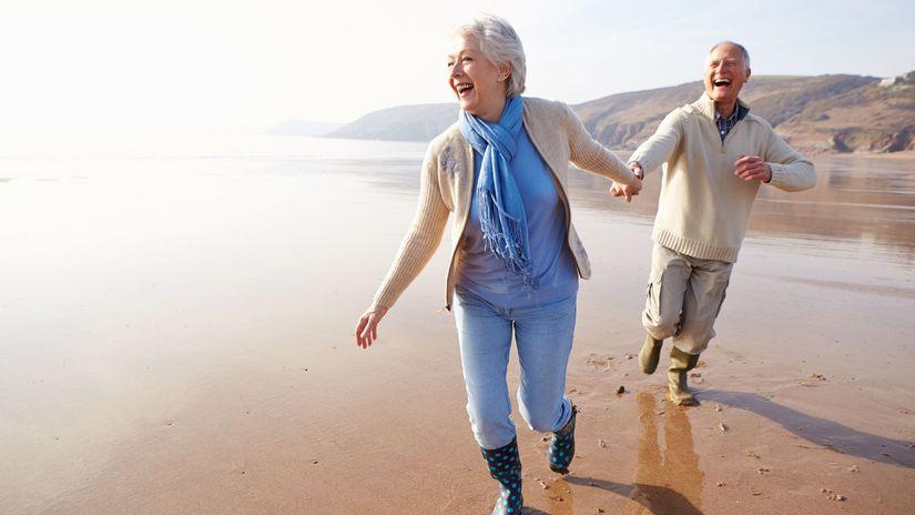 seniori, dôchodcovia, staroba, pláž, radosť