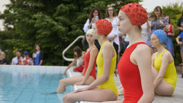 Živá inštalácia modeliek v plavkách a kúpacích čiapkách bola súčasťou prezentácie fotografickej série Swimming Pool od Márie Švarbovej v priestoroch privátnej galérie collective.