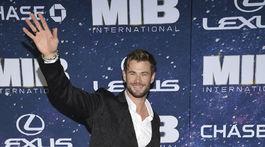 Herec Chris Hemsworth zdraví fotografov aj fanúšikov na newyorskej premiére.