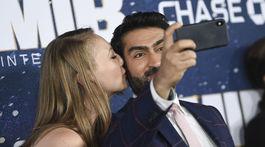 Herec Kumail Nanjiani si robil selfie s manželkou Emily V. Gordonovou.
