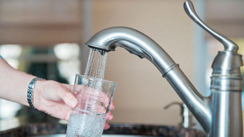 vodovodný kohútik, pohár vody