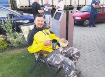 Stanovačka pred STK, motoristi čakajú v noci. Systém viazne na celom Slovensku