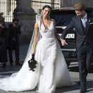 Ramosova nevesta šatami uchvátila Sevillu! A prekvapila čiernou kyticou