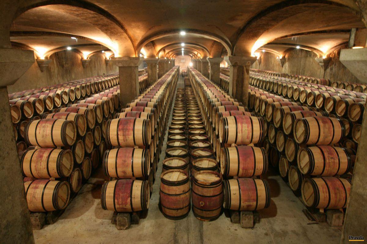 Vinár Miro Fondrk čerpá námety pre červené víno v Bordeaux. Na snímke pivnica Chateau Margaux.