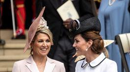 Holandská kráľovná Maxima (vľavo) a Catherine, vojvodkyňa z Cambridge odchádzali z bohoslužby v dobrej nálade.