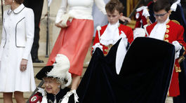 Kráľovná Alžbeta II. odchádza z bohoslužby Order of The Garter Service na windsorskom hrade.