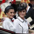 Španielska kráľovná Letizia (vľavo) a vojvodkyňa Kate z Cambridge odchádzali v koči spoločne.