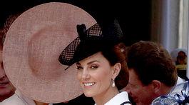 Vojvodkyňa Catherine z Cambridge už tradične nesklamala. Tentoraz v kabáte Catherine Walkerovej.