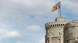 Záber na stráže pred bohoslužbou na Windsorskom hrade.