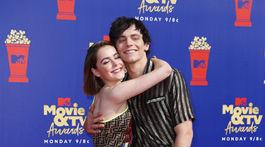 Herečka Kiernan Shipka a jej kolega Ross Lynch zo seriálu Sabrina.