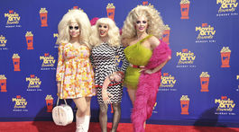 Hviezdy drag scény a šou Ru Paul Drag Race - zľava: Trixie Mattel, Katya a Alyssa Edwards.