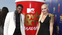 Lyžiarka Lindsey Vonn a jej partner P. K. Subban pózujú pri veľkej atrape ceny MTV Movie and Television Awards.