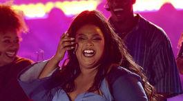 Speváčka Lizzo predviedla singel Juice aj svoje kypré krivky.