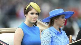 Aj princezné Eugenie (vľavo) a Beatrice stavili na modrú farbu.