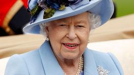 Britská kráľovná Alžbeta II. dorazila na prvý deň dostihov v Ascote vo farbe baby blue.