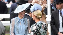 Vokjvodkyňa Kate z Cambridge (vľavo) v družnom rozhovore so Zarou Tindallovou, sesternicou svojho manžela Williama.