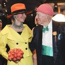 Nórsky miliardár Olav Thon a jeho manželka Sissel Berdal Haga pózujú médiám po ich sobáši v Hoteli Bristol v Oslo.