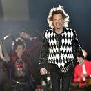 Spevák Mick Jagger z formácie Rolling Stones pôsobil na koncerte v Chicagu zdravo a energicky.