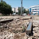 Vytrhané koľaje a náhradné električky v Bratislave. Cestujúci: Je to strašný chaos