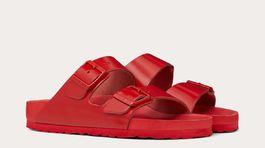 Šlapky Birkenstock, ktoré vznikli v spojení s luxusnou značkou Valentino a sú v odtieni typickej červenej farby brandu. Predávajú sa za 340 eur.