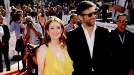 Herečka Julianne Moore v kreácii Valentino a jej manžel Bart Freudlich.