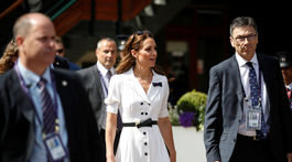 Vojvodkyňa Catherine z Cambridge prichádza na zápas vo Wimbledone v šatách od Suzanne Crabbovej.