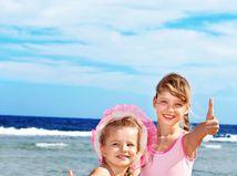 letná dovolenka, leto, more, deti, pláž, piesok, cestovanie, dievčatá, plavky, slnko, opaľovanie, kúpanie, hra