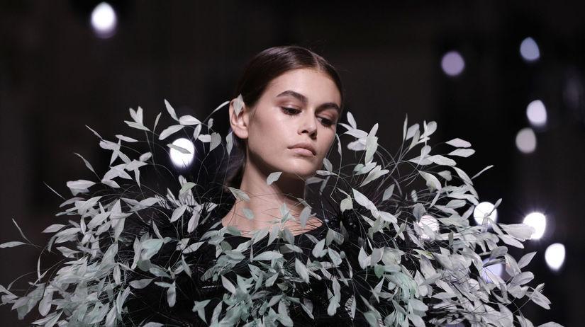 Modelka Kaia Gerber počas prehliadky Givenchy...