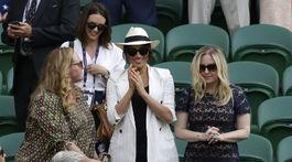 Vojvodkyňa Meghan (v strede) v spoločnosti kaamrátok vyrazila na tenisový zápas vo Wimbledone, na ktorom hrala jej kamarátka Serena Williams proti Slovinke Kaji Juvanovej.