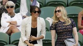 Vojvodkyňa Meghan (vľavo) prichádza na tenisový zápas vo Wimbledone, na ktorom hrala jej kamarátka Serena Williams proti Slovinke Kaji Juvanovej.