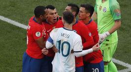 Lionel Messi, Gary Medel