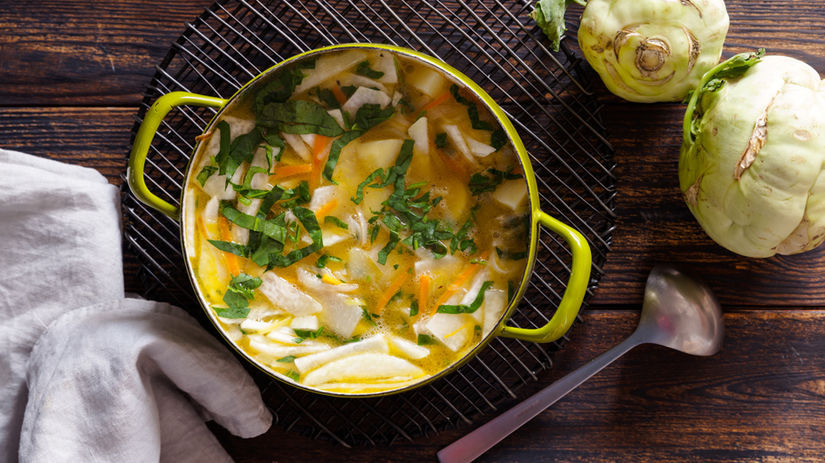 polievka z kalerábu s mrkvou a bylinkami
