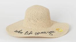 Slamený klobúk s nápisom H&M, predáva sa za 14,99 eura.