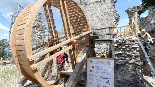 Pri obnove Vinianskeho hradu používajú dobový šliapací žeriav