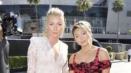 Lyžiarka Mikaela Shiffrin (vľavo) v kreácii Pronovias a snoubordistka Chloe Kim v šatách Prada.
